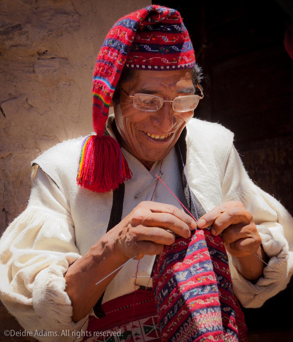 Alejandro Flores knitting – ©Deidre Adams
